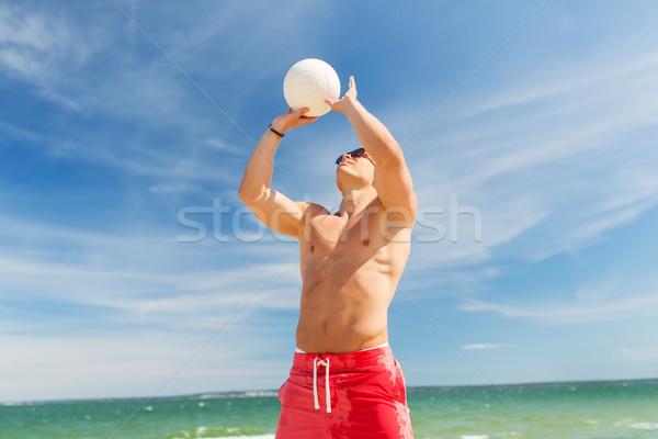 молодым человеком мяча играет волейбол пляж лет Сток-фото © dolgachov