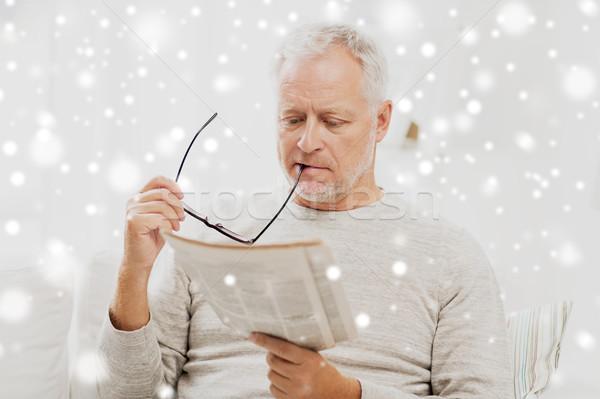 Kıdemli adam gözlük okuma gazete ev Stok fotoğraf © dolgachov