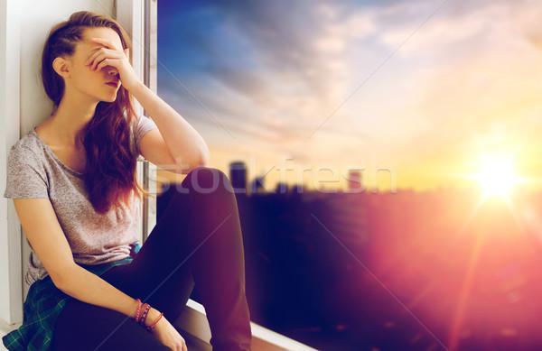 Ongelukkig tienermeisje vergadering vensterbank mensen emotie Stockfoto © dolgachov
