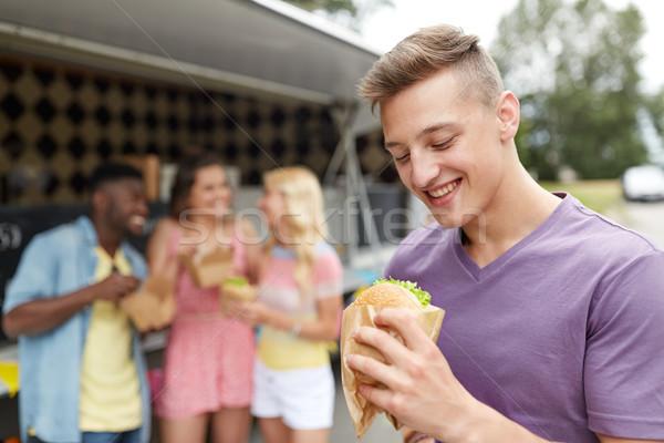 Heureux homme hamburger amis alimentaire camion Photo stock © dolgachov
