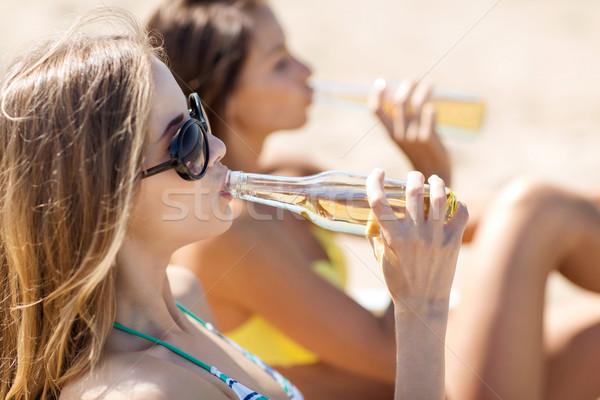 Lányok italok strandszékek nyár ünnepek vakáció Stock fotó © dolgachov