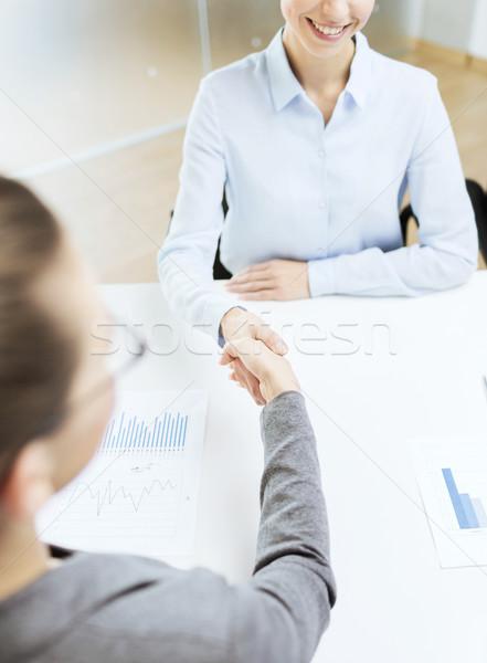 Stockfoto: Twee · glimlachend · zakenvrouw · handen · schudden · kantoor · business