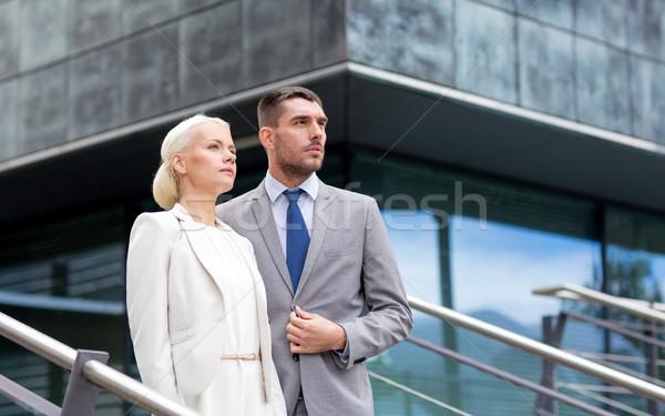 Grave empresarios pie edificio de oficinas negocios Foto stock © dolgachov