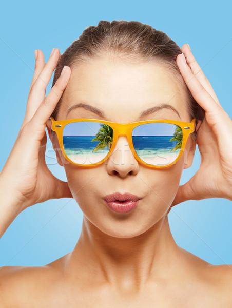 Verwonderd tienermeisje zonnebril reizen vakantie zomer Stockfoto © dolgachov