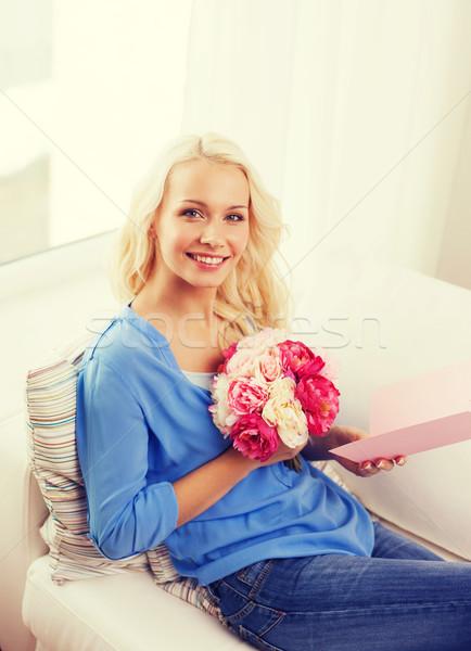 Foto stock: Mujer · sonriente · tarjeta · ramo · flores · vacaciones · celebración