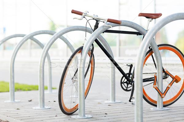 Közelkép bicikli zárolt utca parkolás szállítás Stock fotó © dolgachov