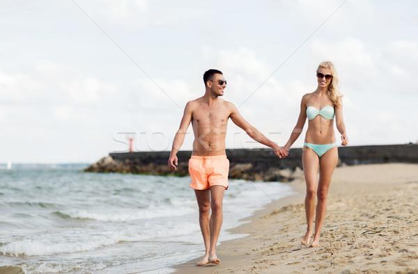 Boldog pár fürdőruha sétál nyár tengerpart Stock fotó © dolgachov