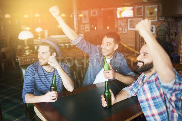Feliz masculino amigos potável cerveja bar Foto stock © dolgachov