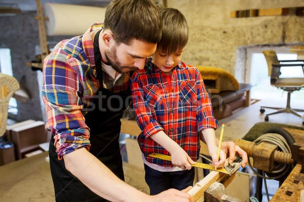 Vader zoon heerser maatregel hout workshop familie Stockfoto © dolgachov