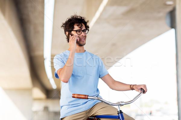 Stockfoto: Man · smartphone · vast · versnelling · fiets · straat