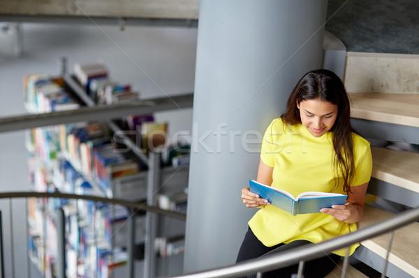 Liceum student dziewczyna czytania książki biblioteki Zdjęcia stock © dolgachov