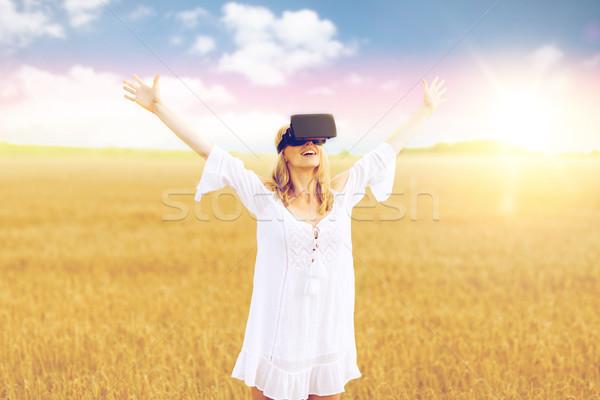 Vrouw virtueel realiteit hoofdtelefoon granen veld Stockfoto © dolgachov