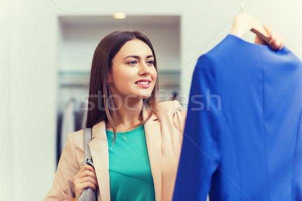 Boldog fiatal nő választ ruházat bevásárlóközpont vásár Stock fotó © dolgachov