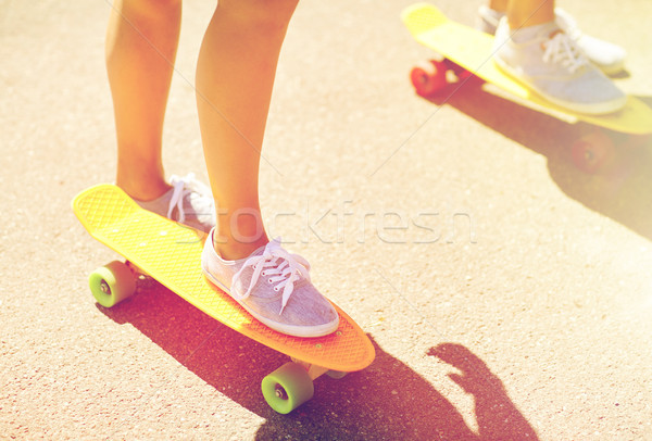 Kobiet stóp jazda konna krótki deskorolka Zdjęcia stock © dolgachov