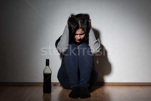 Vrouw fles alcohol huilen home alcoholisme Stockfoto © dolgachov