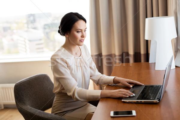 Empresária datilografia laptop quarto de hotel viagem de negócios pessoas Foto stock © dolgachov