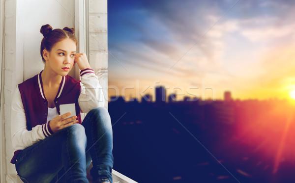Stockfoto: Tienermeisje · vergadering · vensterbank · smartphone · mensen · emotie