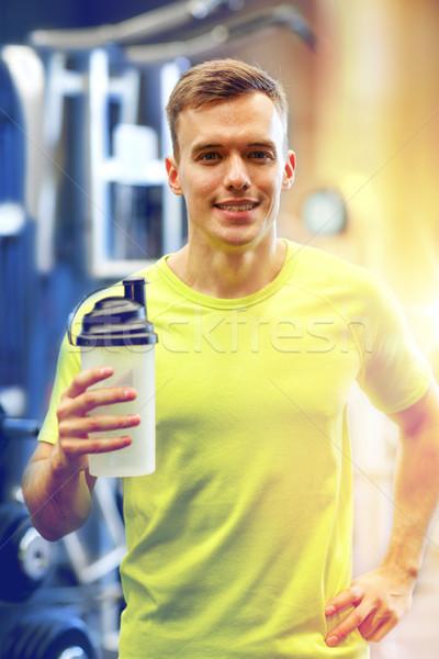 Glimlachend man eiwit schudden fles sport Stockfoto © dolgachov