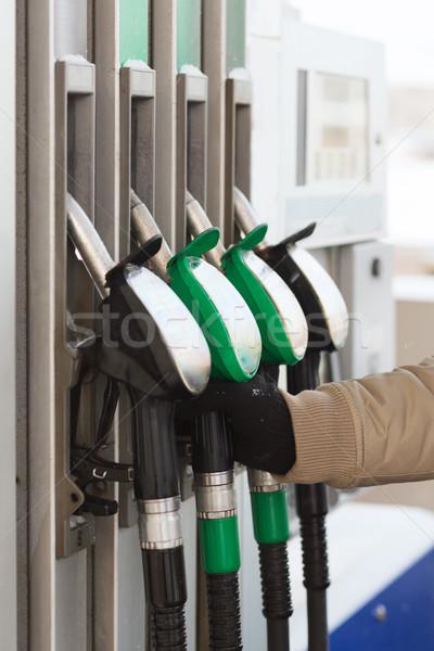 Közelkép férfi kéz tart benzinpumpa jármű Stock fotó © dolgachov