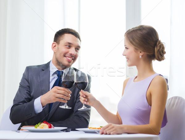 Foto stock: Pareja · vino · tinto · restaurante · vacaciones · sonriendo