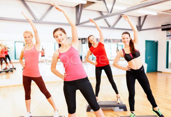 Groep glimlachend vrouwelijke gymnasium fitness Stockfoto © dolgachov