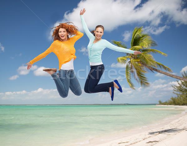 Foto stock: Sorridente · mulheres · jovens · saltando · ar · férias · de · verão · viajar