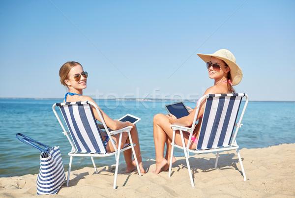 Gelukkig vrouwen zonnebaden strand zomervakantie Stockfoto © dolgachov