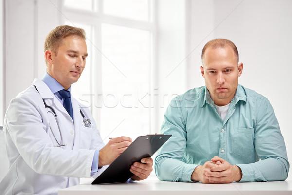 Medico di sesso maschile paziente appunti ospedale medicina Foto d'archivio © dolgachov