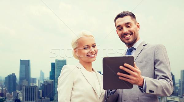 Stock fotó: Mosolyog · üzletemberek · táblagép · város · üzlet · együttműködés