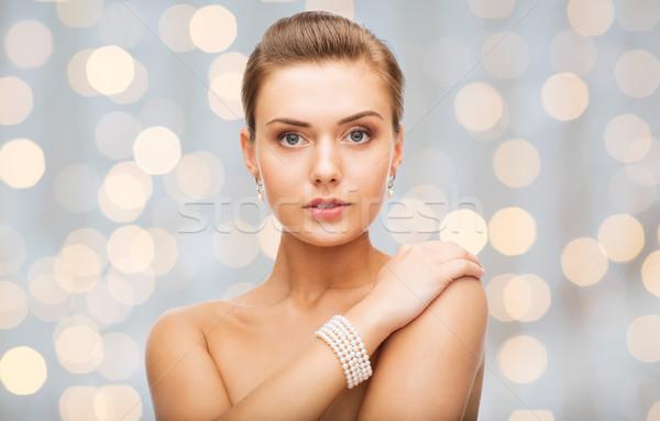 Mujer hermosa perla pendientes pulsera belleza lujo Foto stock © dolgachov