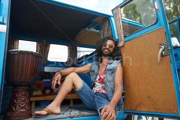 Glimlachend jonge hippie man auto Stockfoto © dolgachov