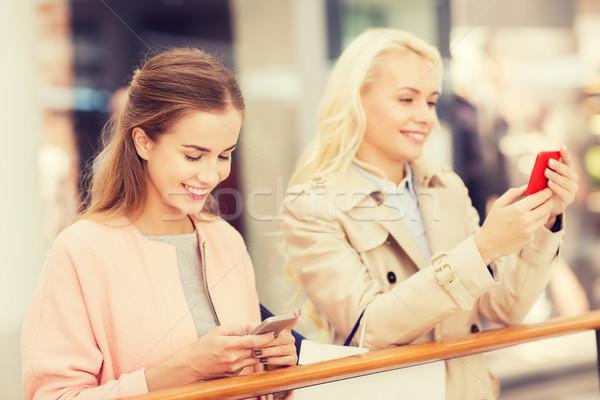 Gelukkig vrouwen smartphones verkoop Stockfoto © dolgachov