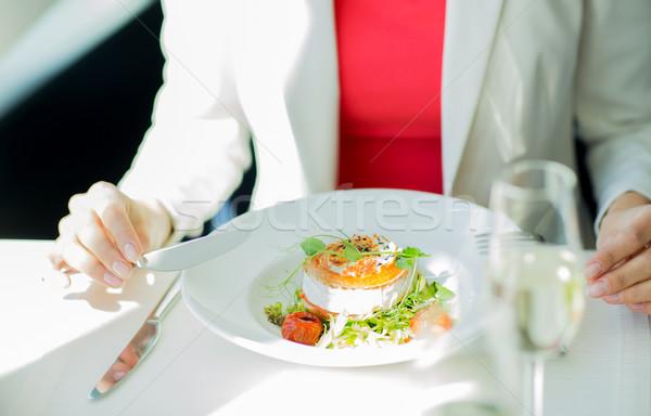 женщину еды Салат ресторан люди Сток-фото © dolgachov
