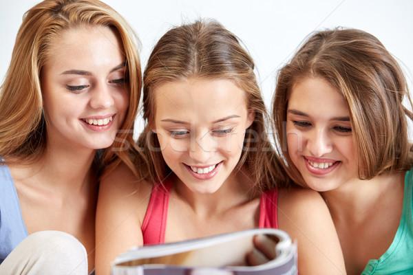 友達 代 女の子 読む 雑誌 ホーム ストックフォト © dolgachov