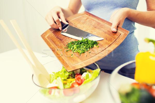 Kobieta posiekane cebula gotowania Sałatka Zdjęcia stock © dolgachov
