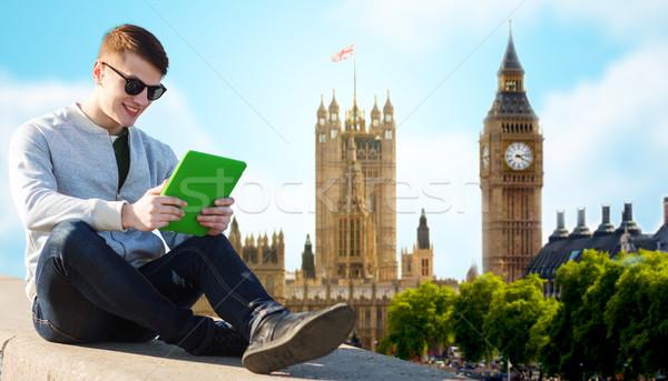 Boldog fiatalember táblagép London város technológia Stock fotó © dolgachov