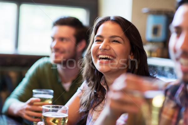 Glücklich Frau Freunde trinken Bier Veröffentlichung Stock foto © dolgachov