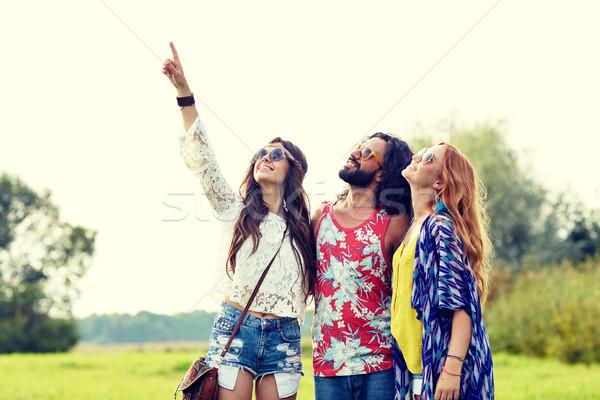 Feliz hippie amigos indicação dedo ao ar livre Foto stock © dolgachov