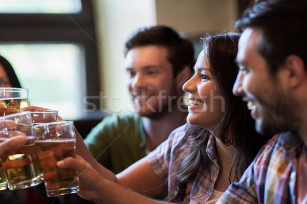 Heureux amis potable bière bar pub Photo stock © dolgachov