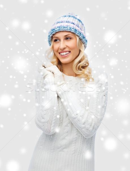 Glimlachend jonge vrouw winter hoed trui mode Stockfoto © dolgachov