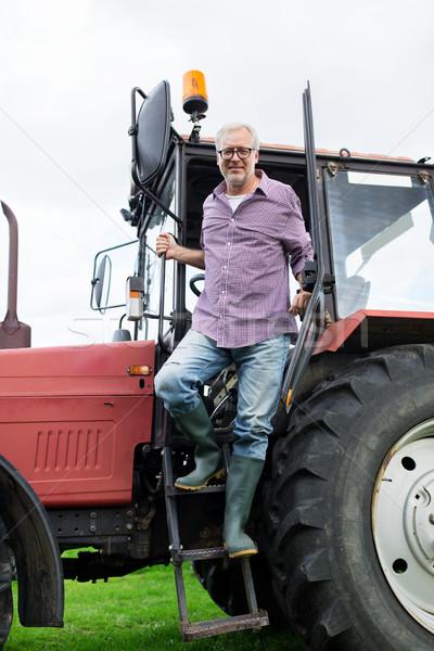 Viejo agricultor fuera tractor granja Foto stock © dolgachov