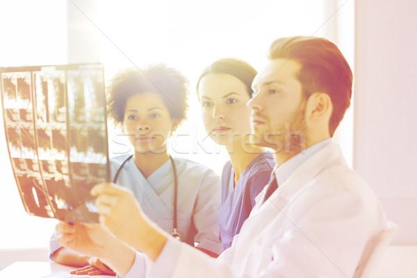 Grupo médicos olhando raio x hospital radiologia Foto stock © dolgachov