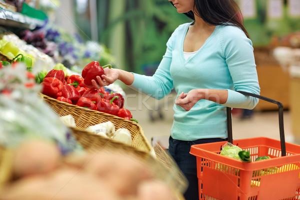 Nő kosár vásárol paprikák élelmiszerbolt vásár Stock fotó © dolgachov
