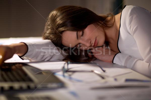Fáradt nő alszik iroda asztal éjszaka Stock fotó © dolgachov