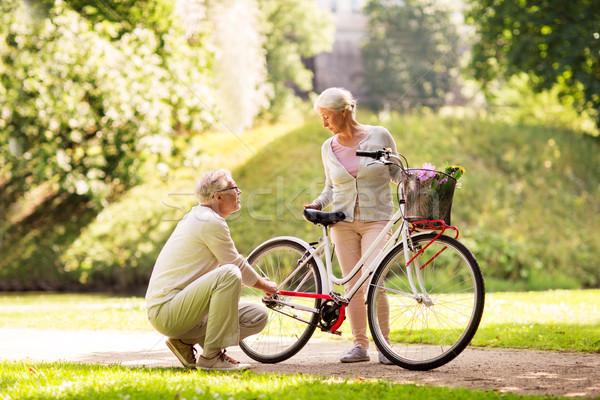 Feliz pareja de ancianos bicicleta verano parque activo Foto stock © dolgachov