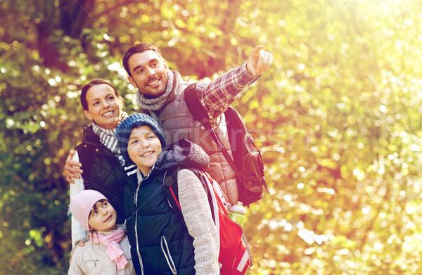 幸福的家庭 徒步旅行 遠足 旅行 旅遊 人 商業照片 © dolgachov