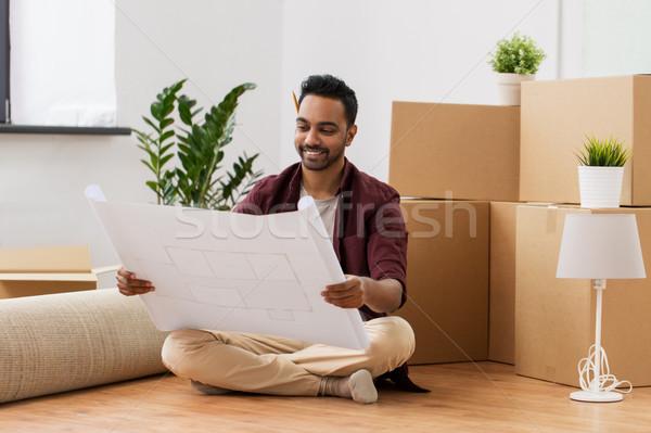 Man blauwdruk dozen bewegende nieuw huis mensen Stockfoto © dolgachov