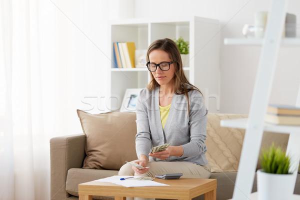 Mulher calculadora dinheiro casa negócio poupança Foto stock © dolgachov