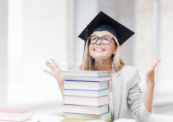 Feliz estudiante graduación CAP libros Foto stock © dolgachov