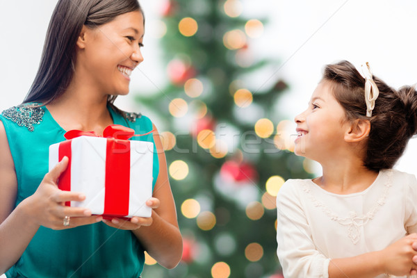 ストックフォト: 幸せ · 母親 · 子 · 少女 · ギフトボックス · 休日